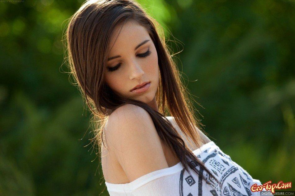 Молоденькая красоточка с гладкой писькой смотреть эротику