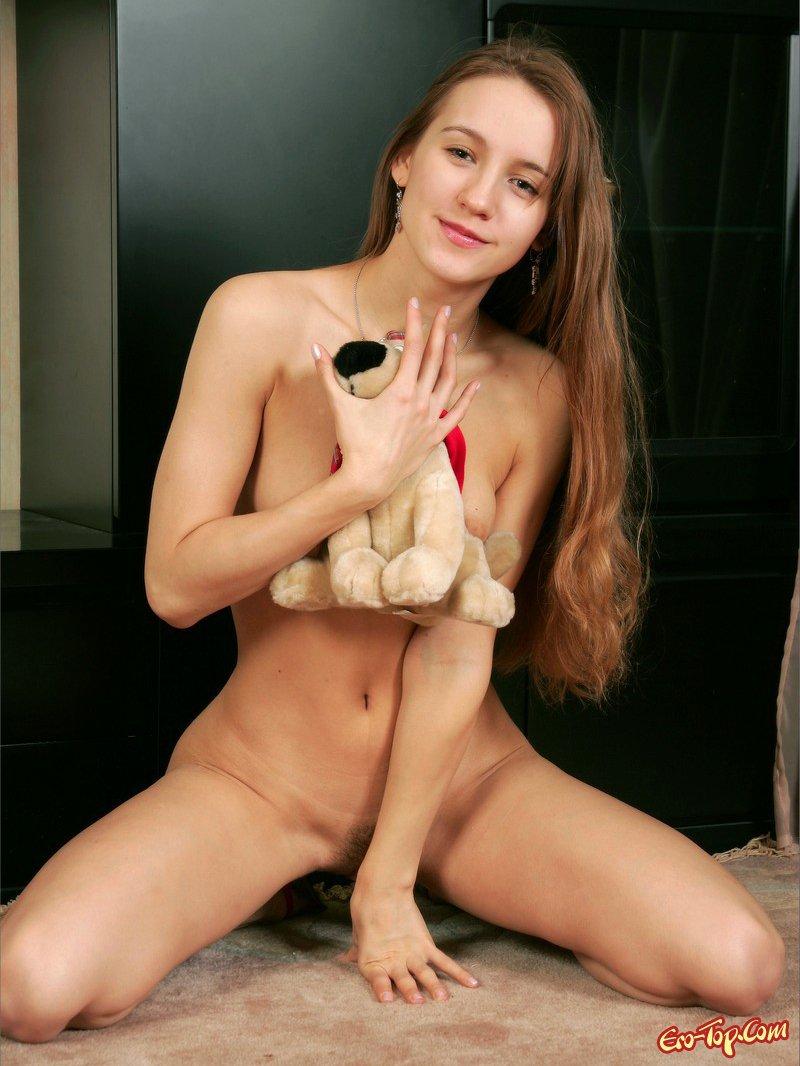 Голая с мягкой игрушкой