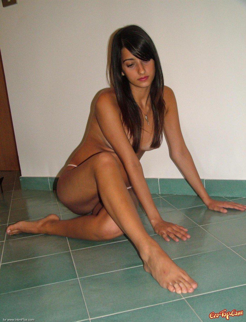 Домашние фото сексуальной брюнетки
