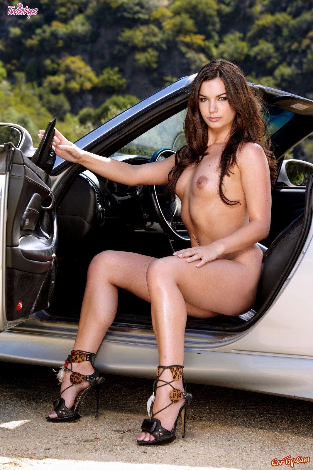Amber Addison голая в автомобиле