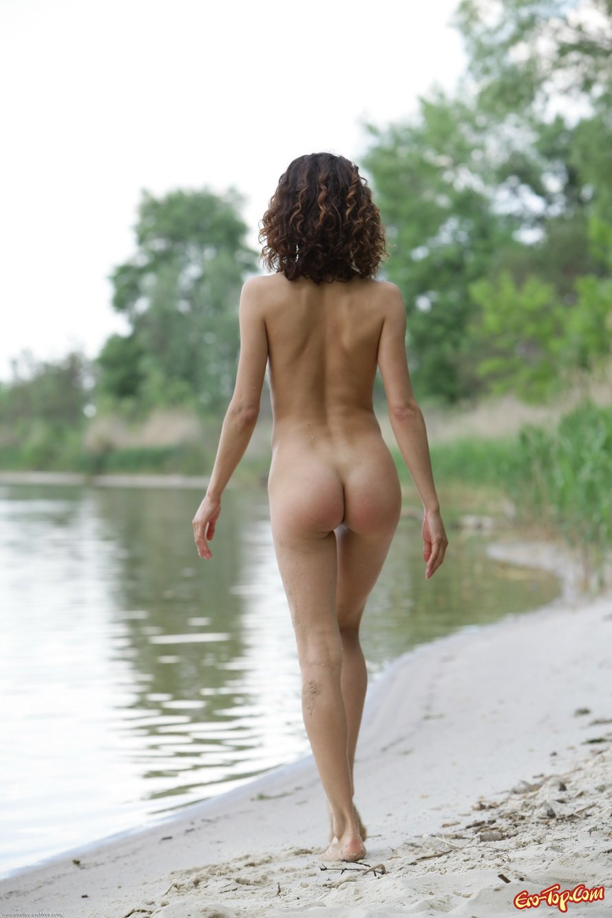 Голая молодушка на речке
