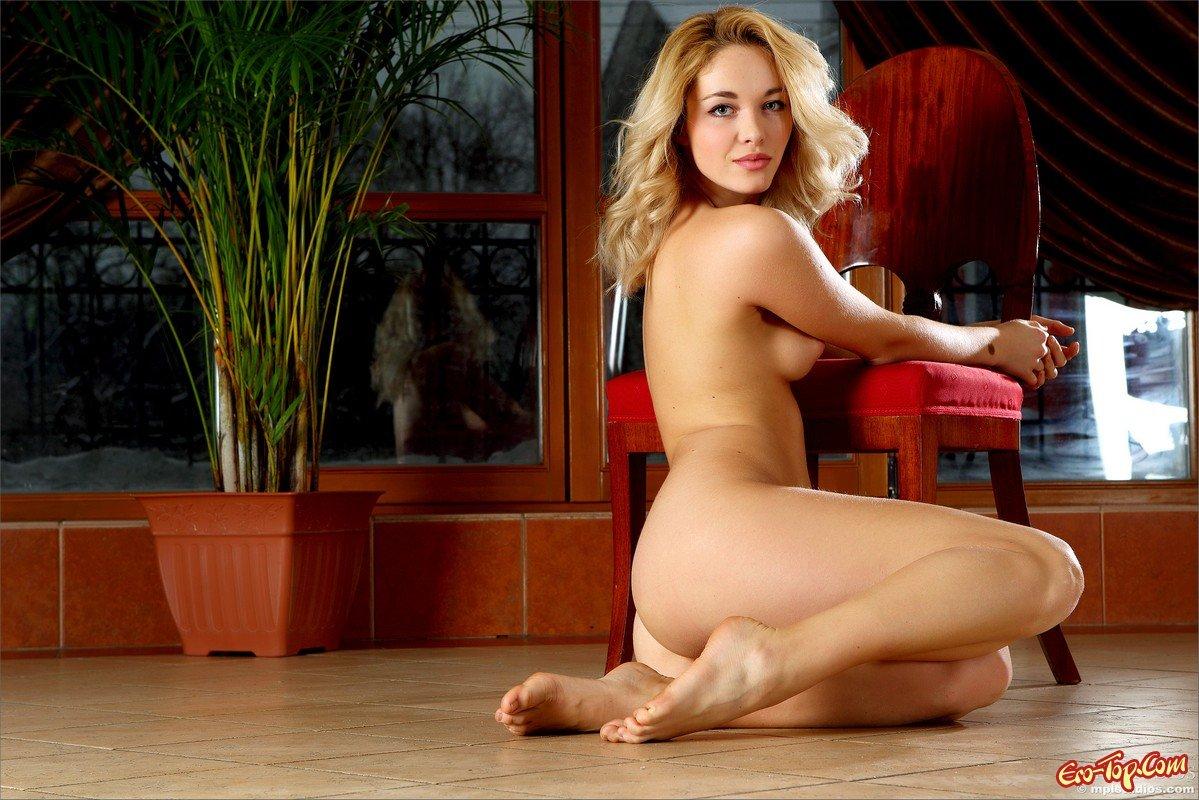 Раздетая блондинка на стуле