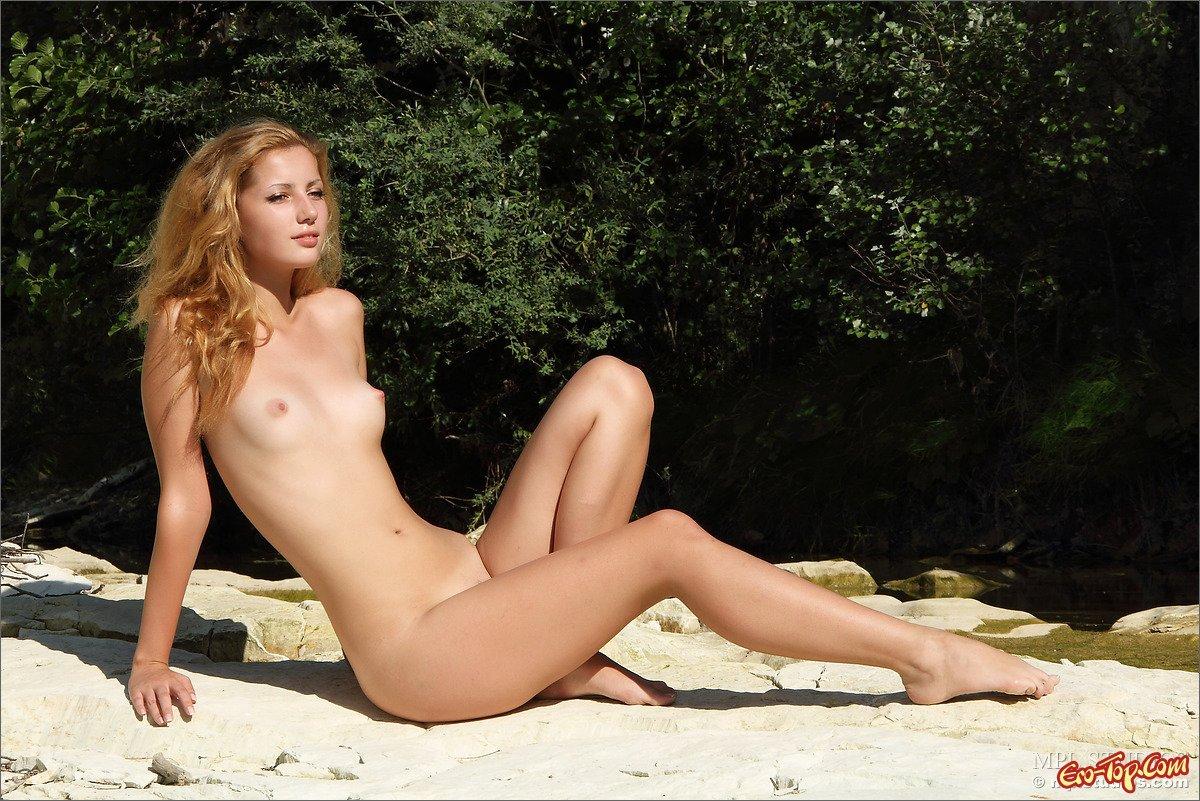 18-летняя нагая блондиночка