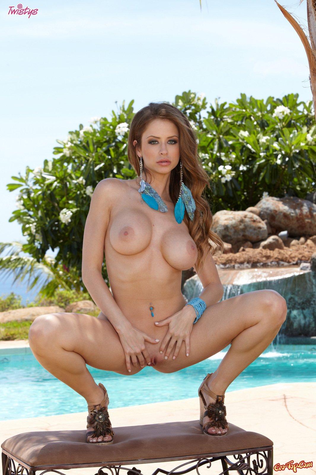 Emily Addison у бассейна