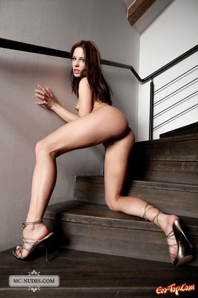 Красуется голой на лестнице
