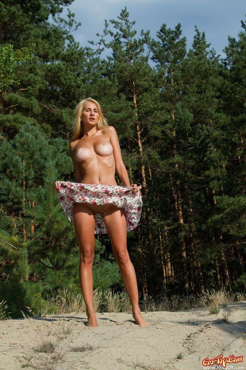 Голая блондинка на открытом воздухе
