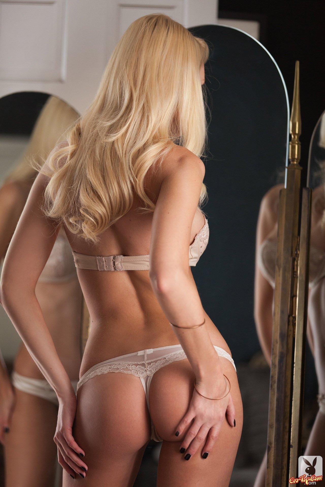 голые девушки к верху попой фото
