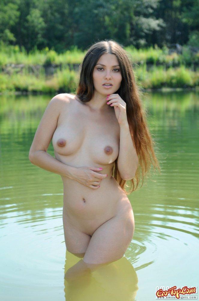 Девушка купается голышом