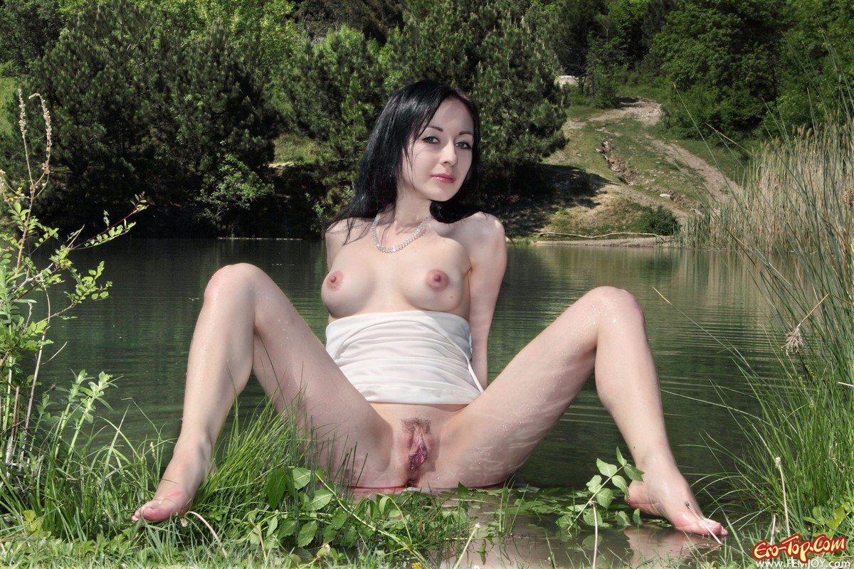 Порно брюнетка на речке фото 730-75