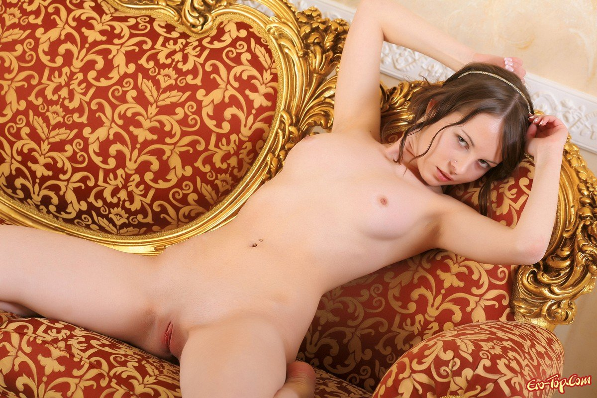 Молодая голая красавица