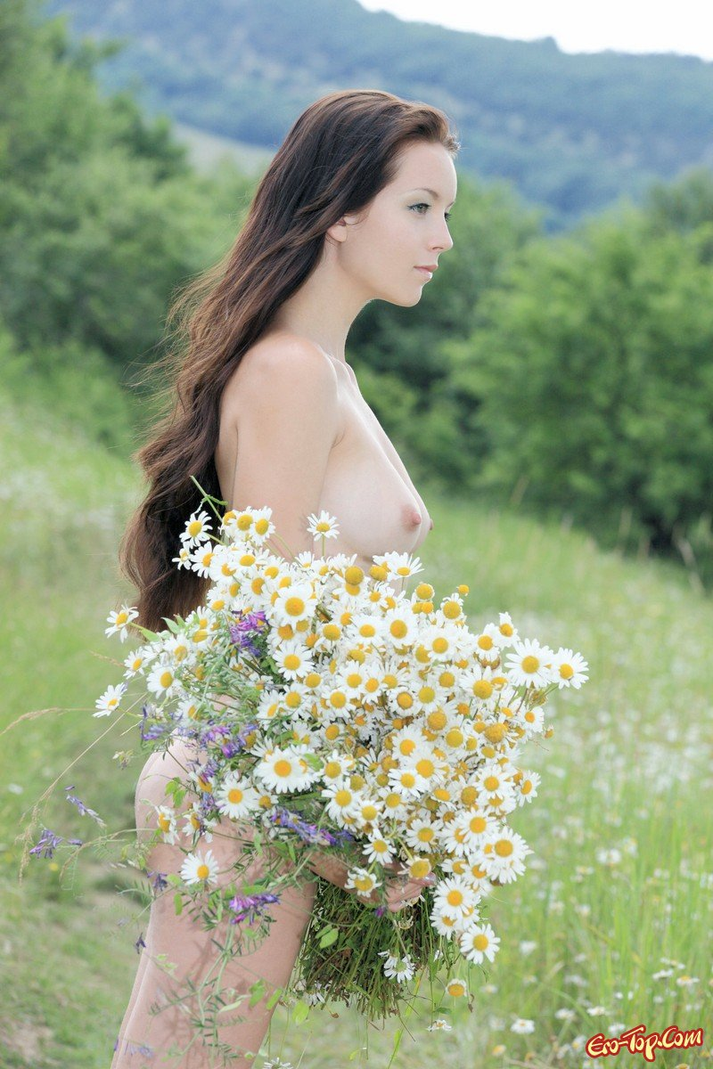 Фото голой девушки с ромашками