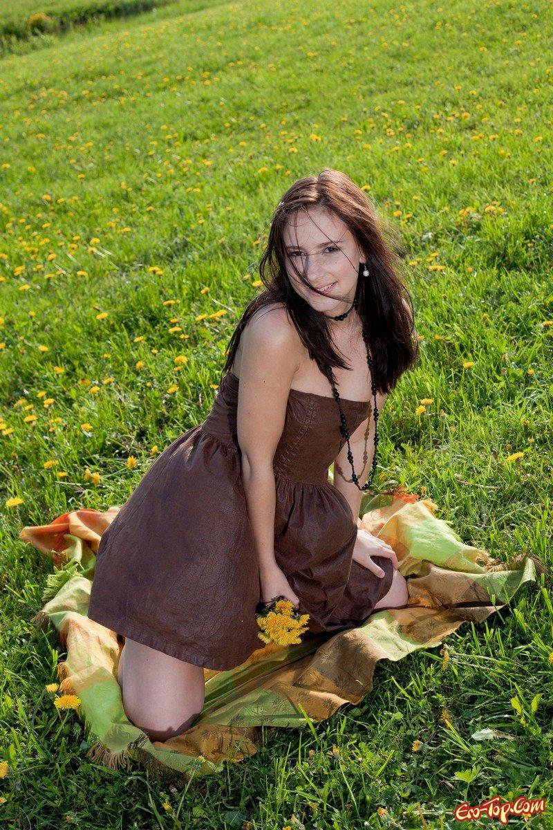 Девушка на поляне
