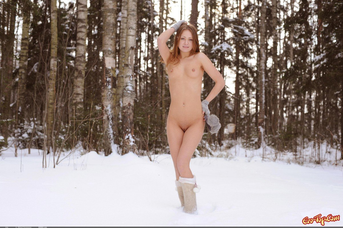 Молодая красавица на снегу