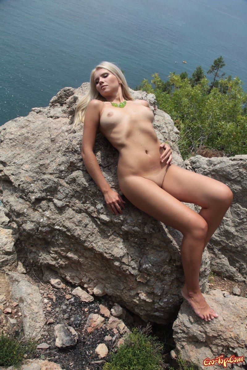 Сучка на деревом секс фото