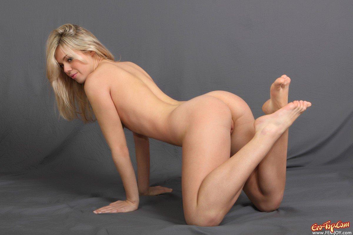 Пышная блондинка