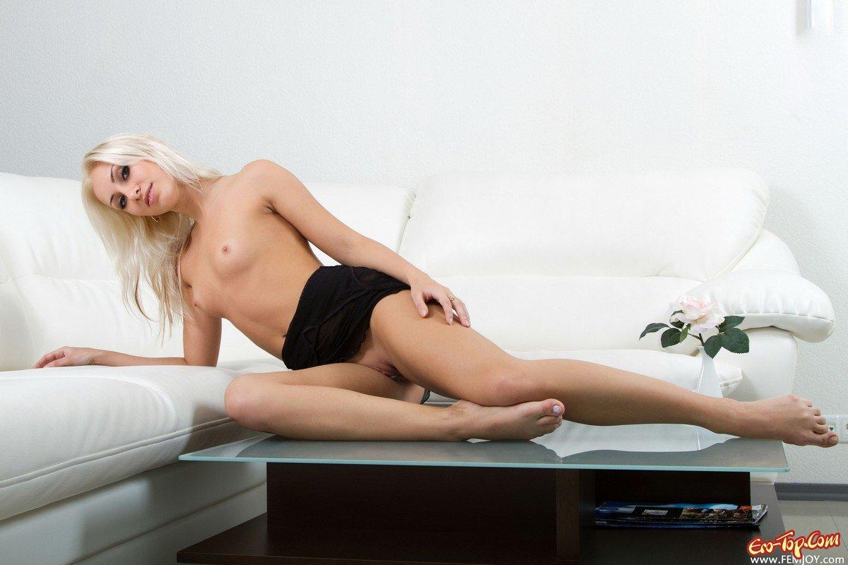 Блондинка в чёрном пеньюаре