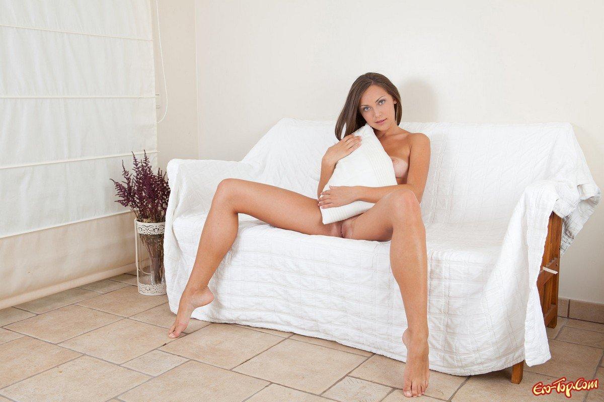 devushki-s-razdvinutimi-nogami-v-bele