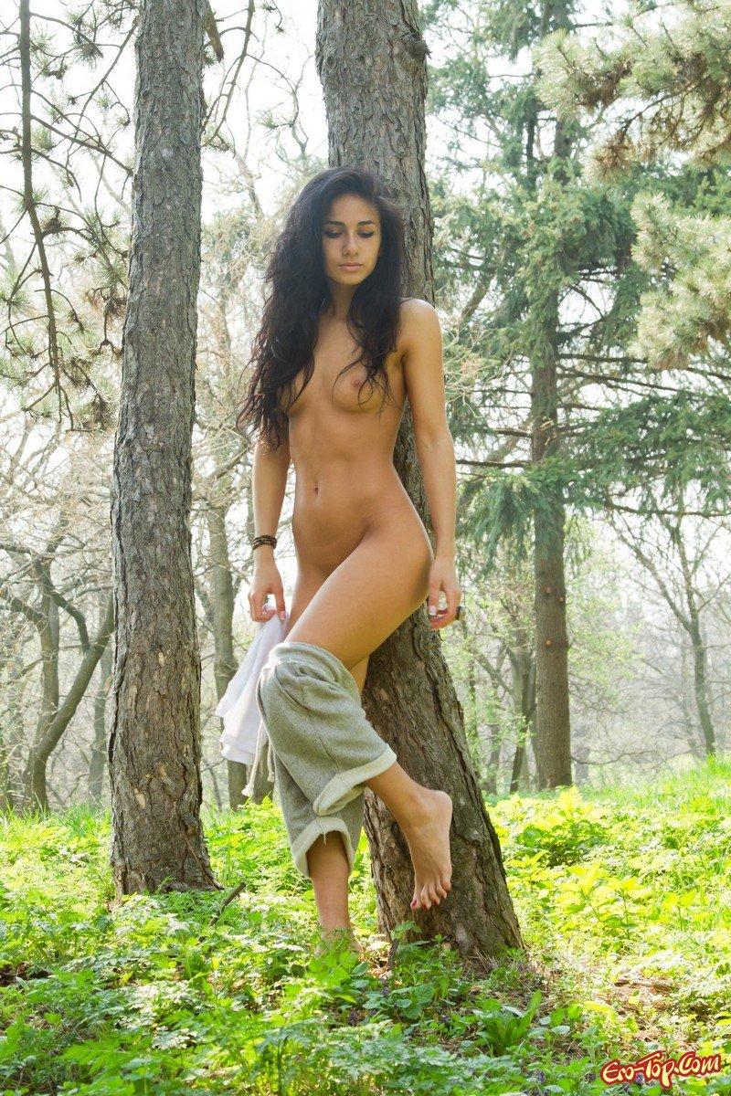 Голая девочка в лесу