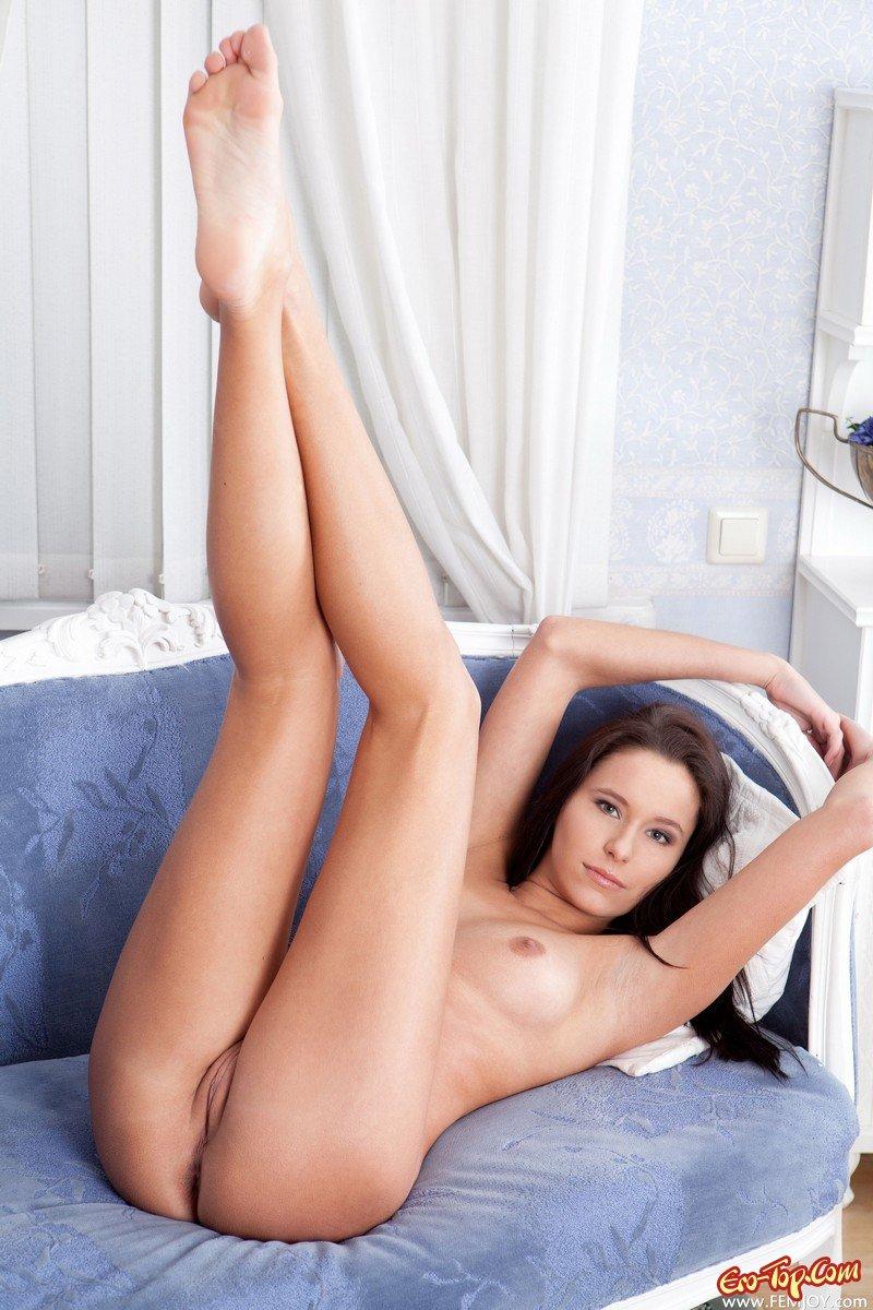 golie-babi-vverh-nogami