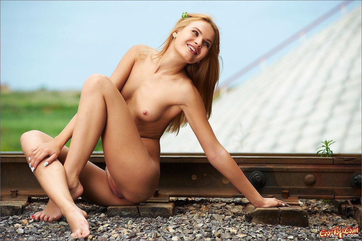 Голая девушка на рельсах