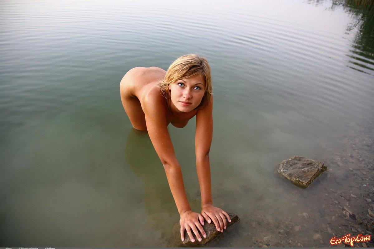 Плавает в речке смотреть эротику