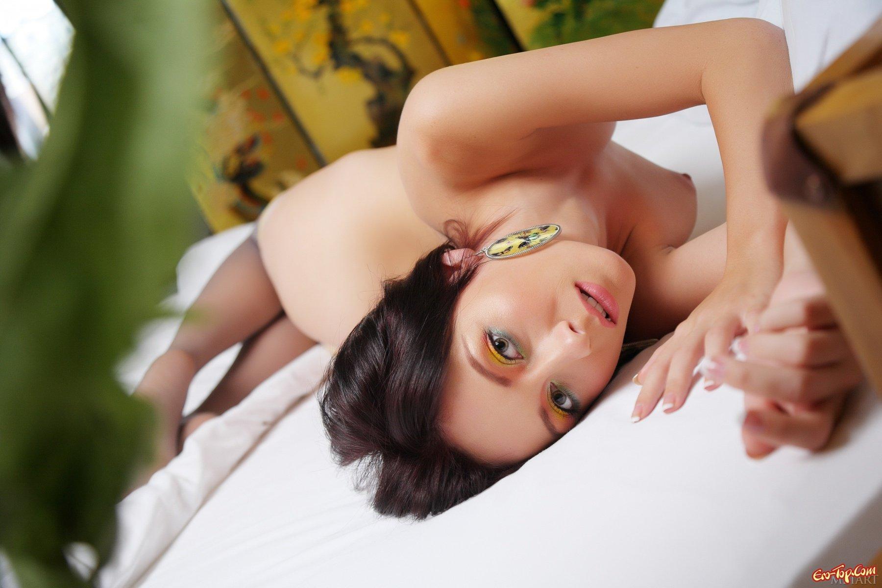 Голая секси брюнетка