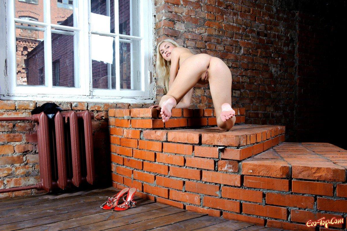 Обнаженная блондинка в гетрах