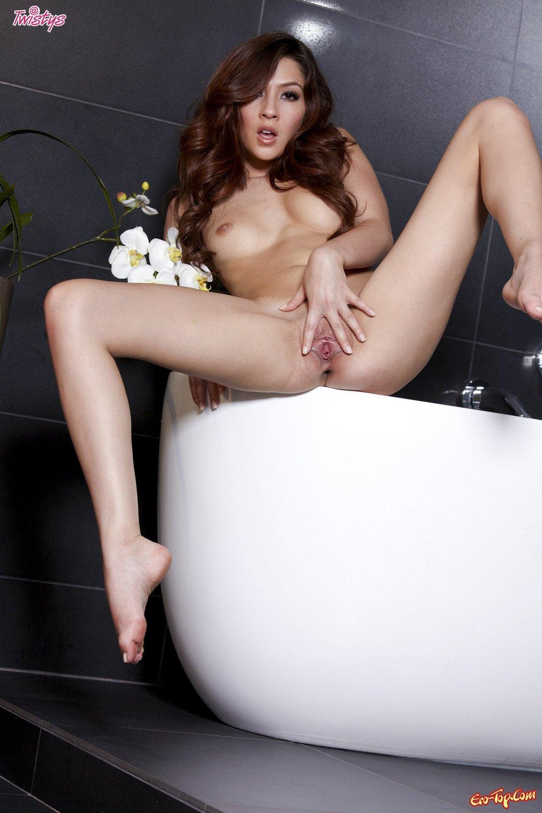 Cassie Laine играет в туалете секс фото