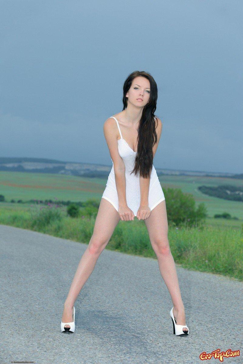 Голая девушка на дороге