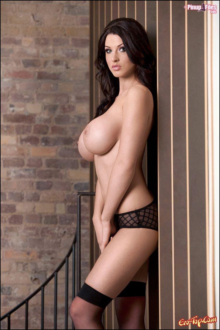 Сексапильная брюнетка с упругой грудью