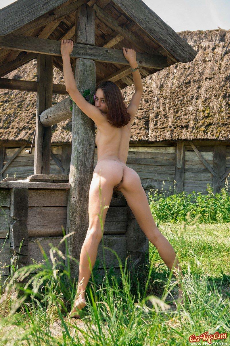 Голая девушка в деревне