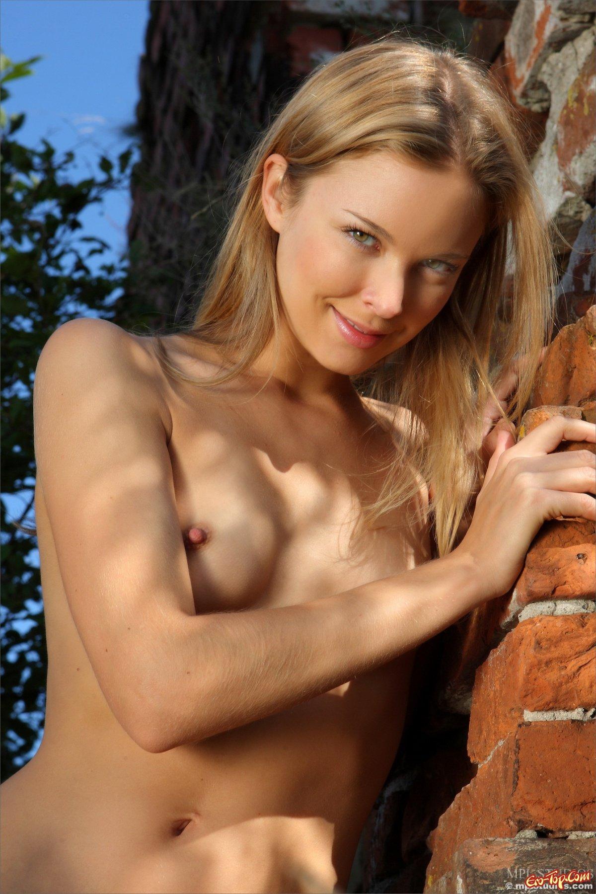 Блондинка с маленькой грудью