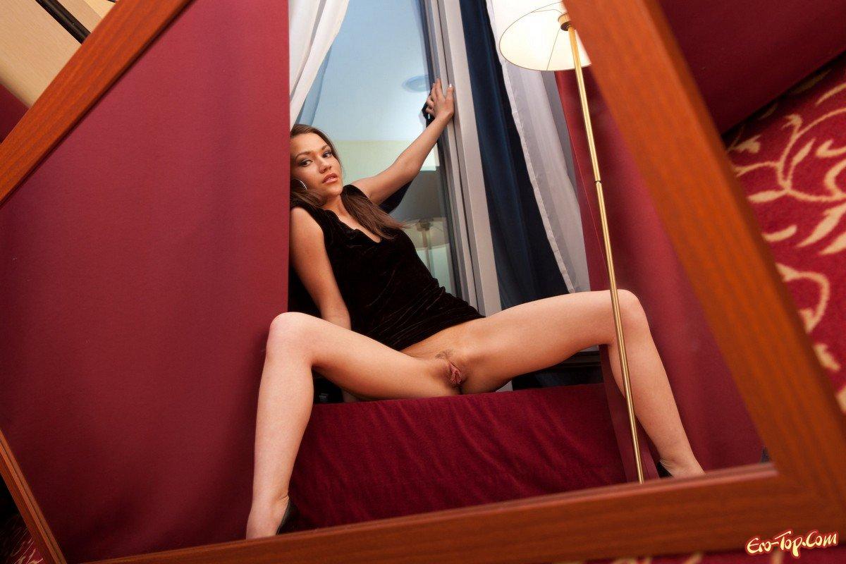 Возбужденная голая девушка