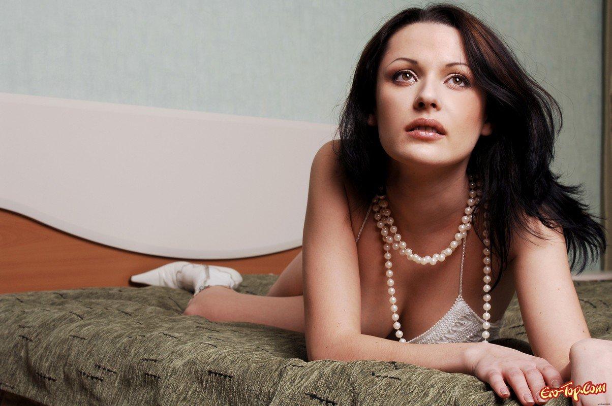 Голая брюнетка в сапожках секс фото