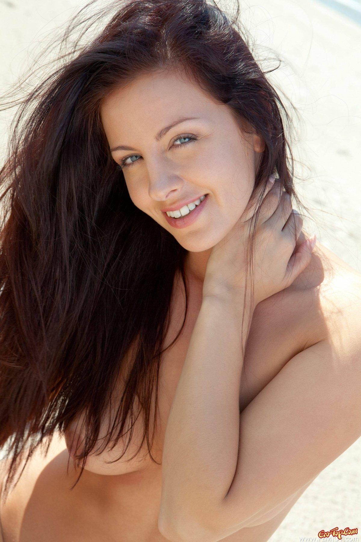 Красивая голая девушка на берегу