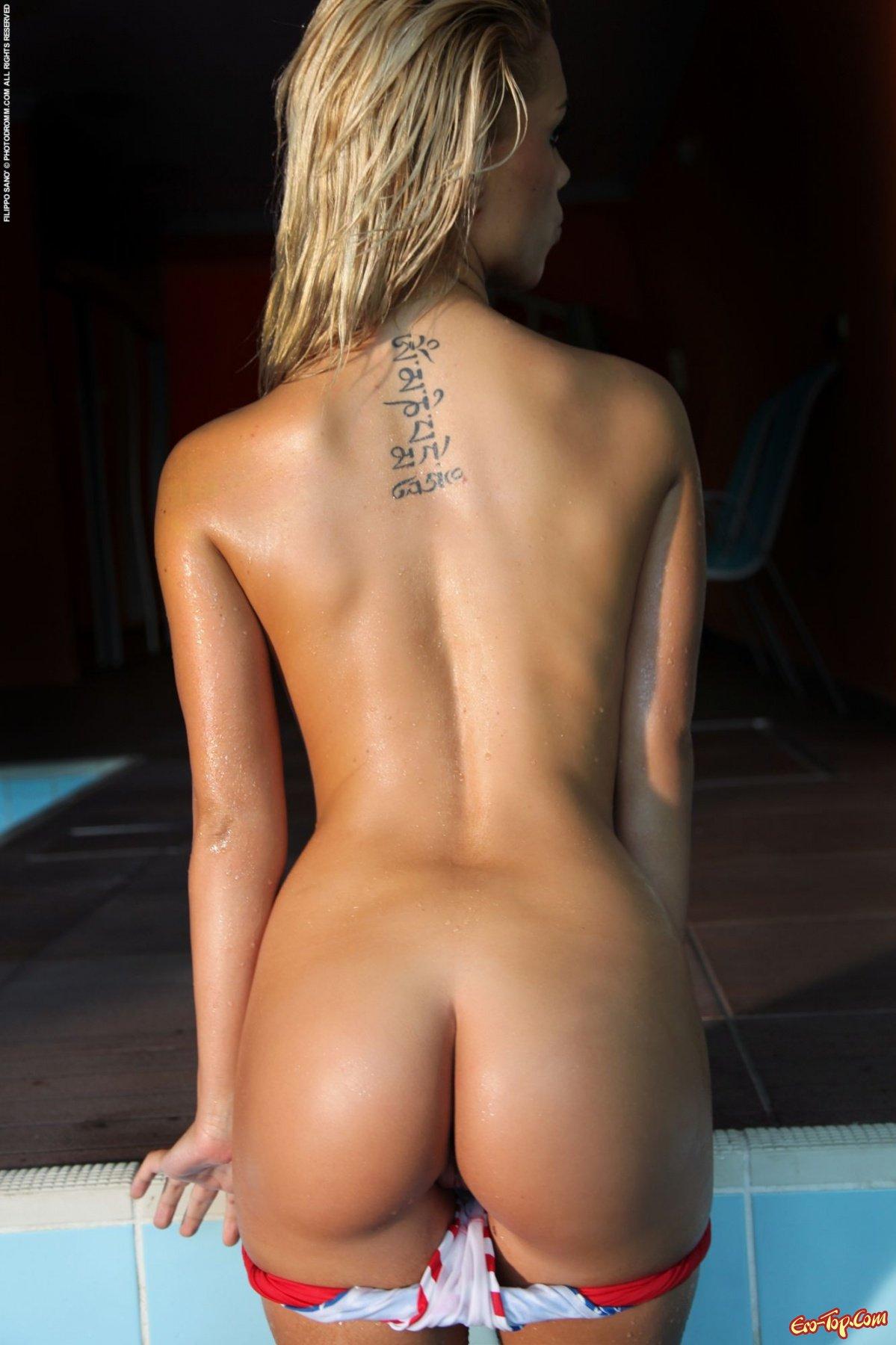 Голая блондинка в бассейне