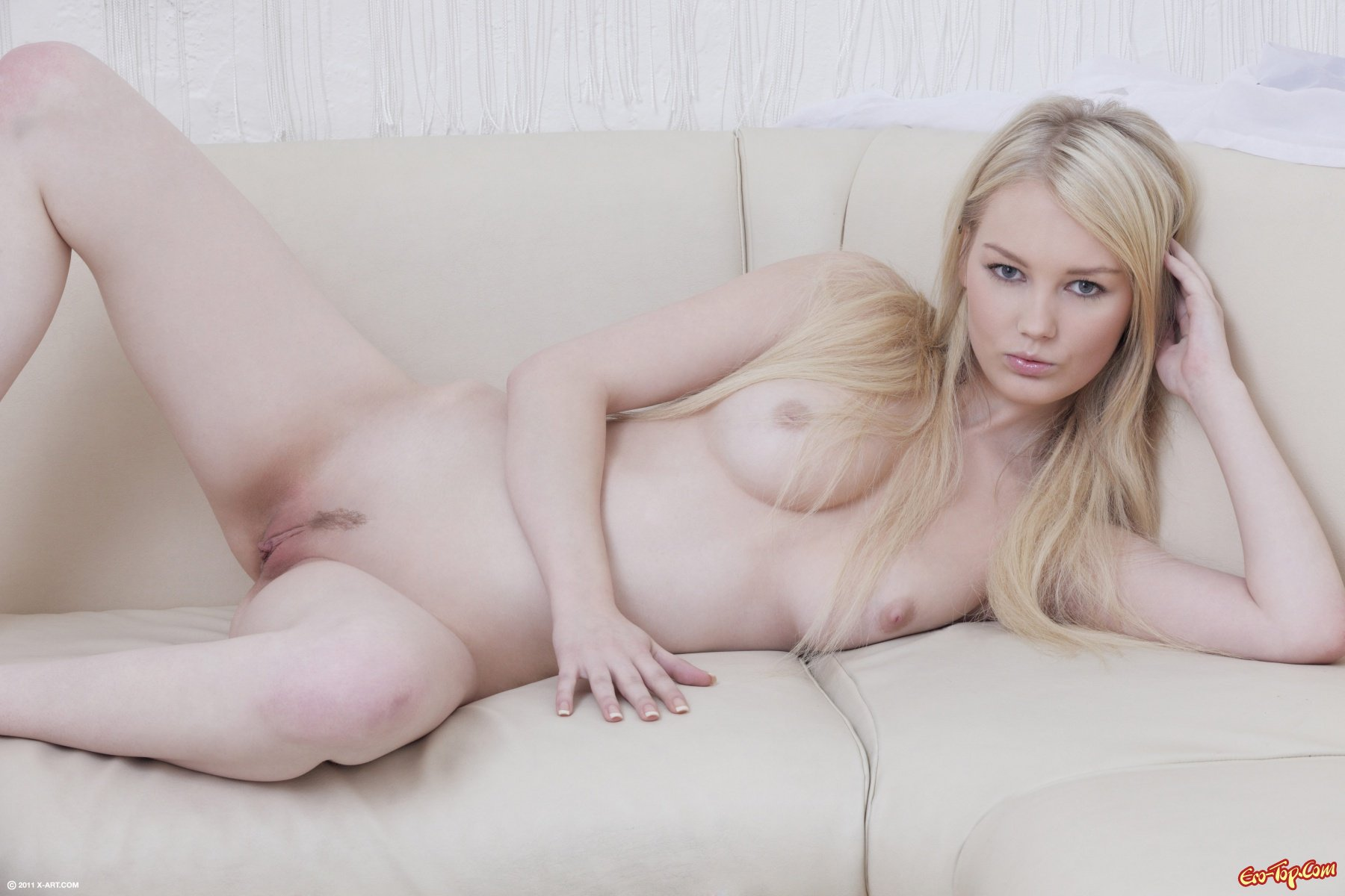 Голая блонидинка с нежной киской