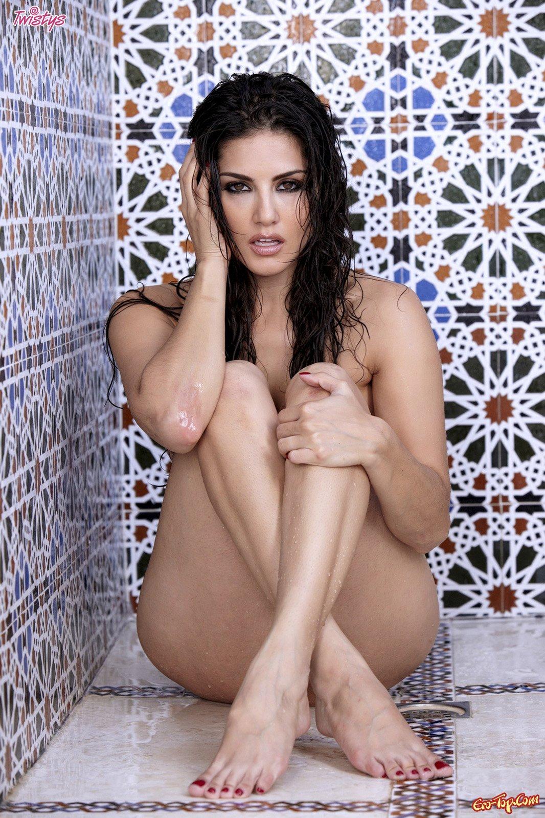 Мокрая Sunny Leone под струями душа секс фото