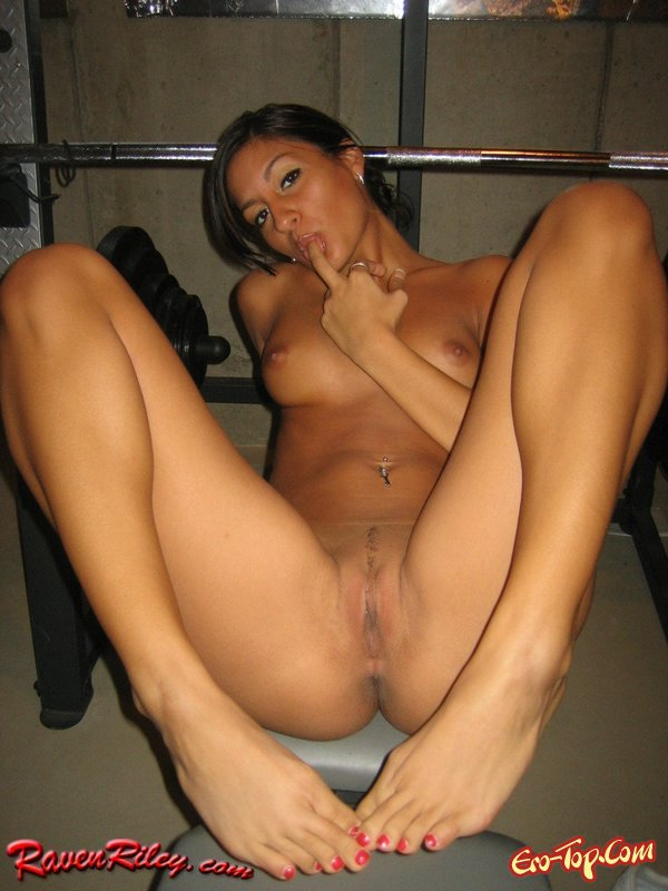 Raven Riley - голая в тренажёрке