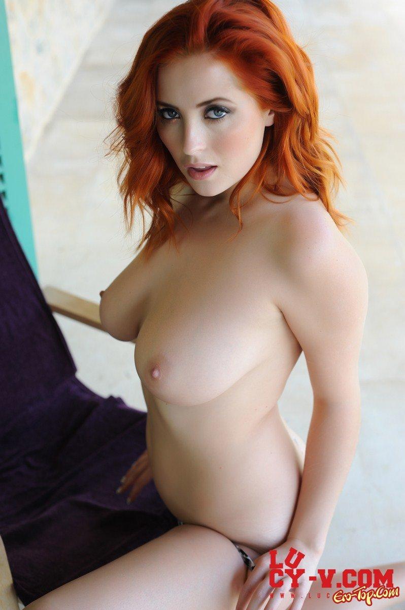 Рыжеволосая бестия обнажила дойки секс фото