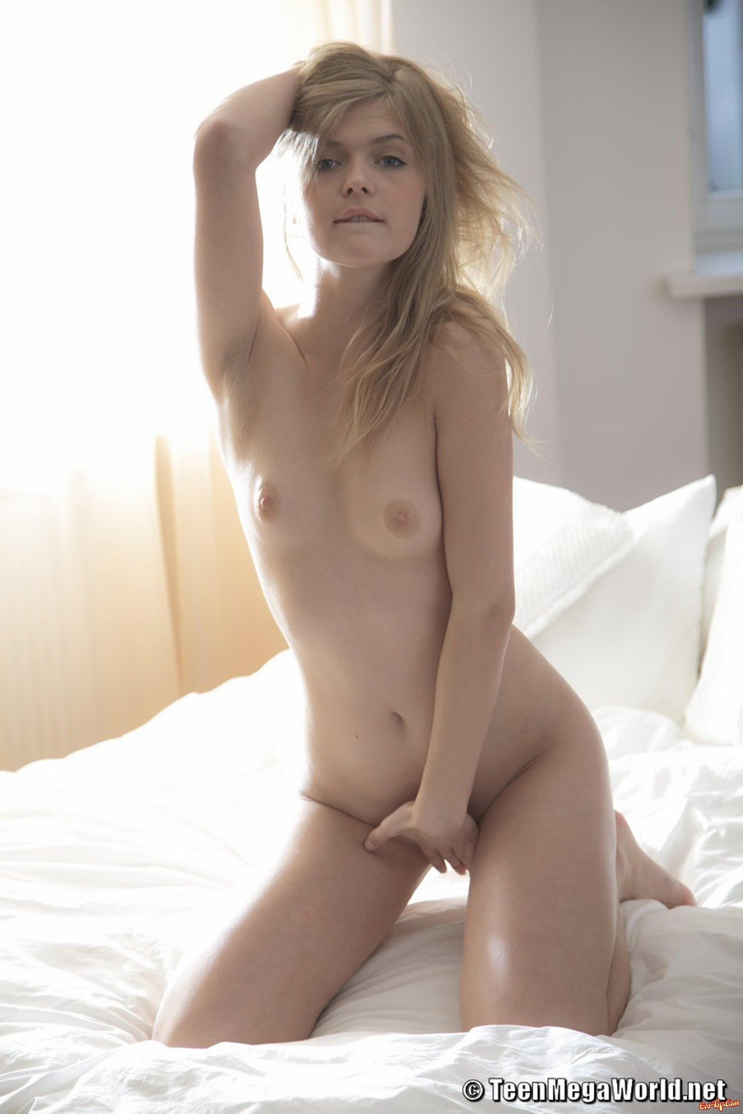 Молодая на кроватке смотреть эротику