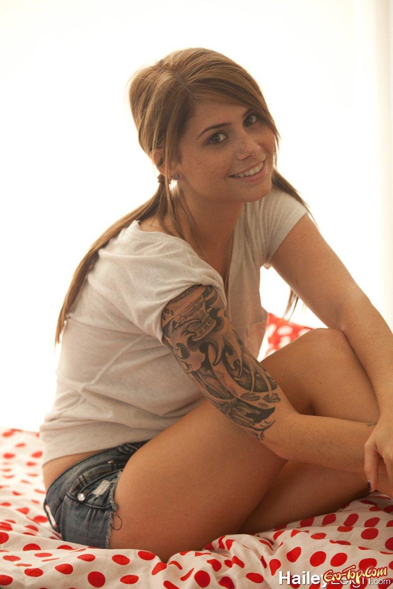 Hailey Leigh в шортах