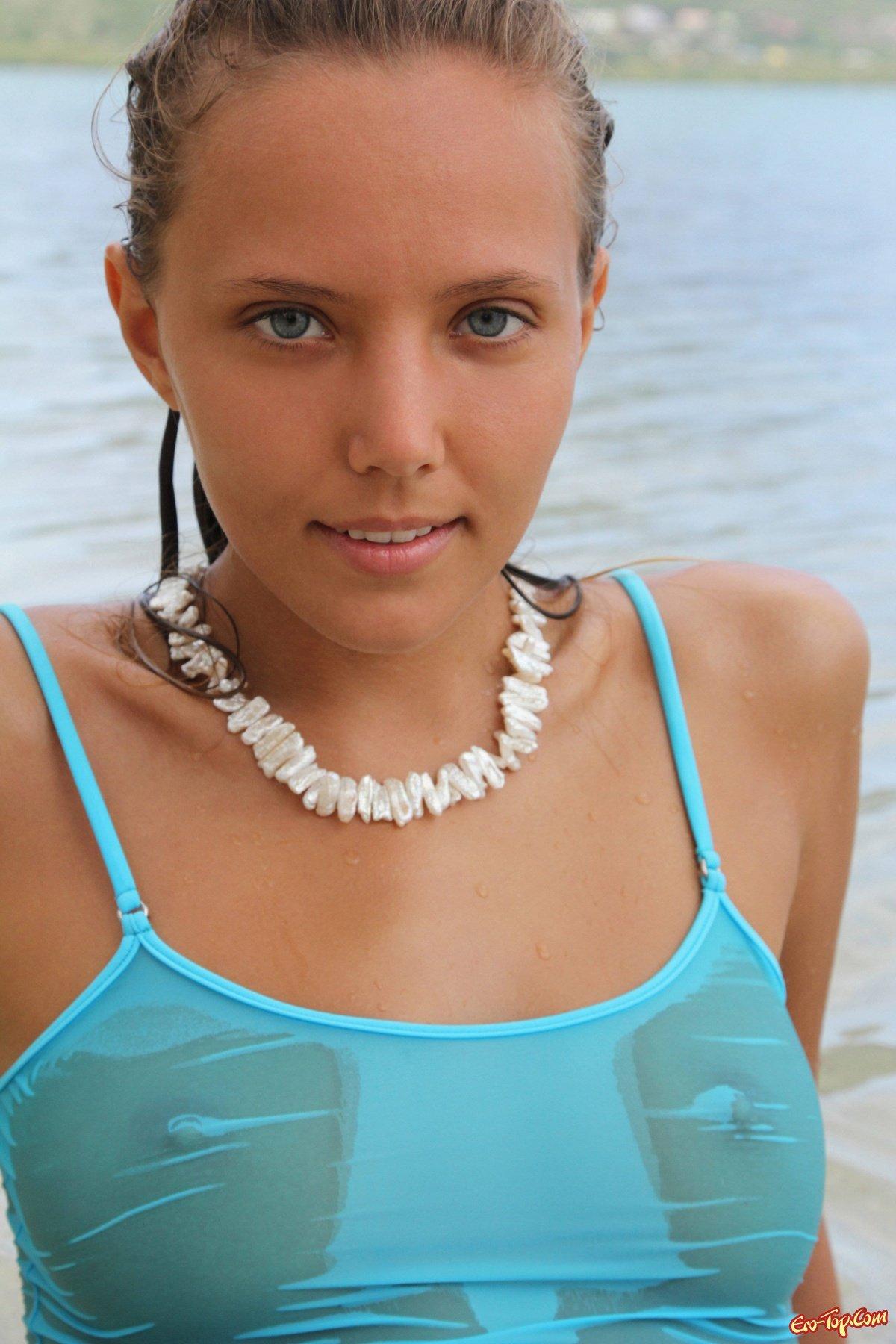 Голая девчонка на пляже