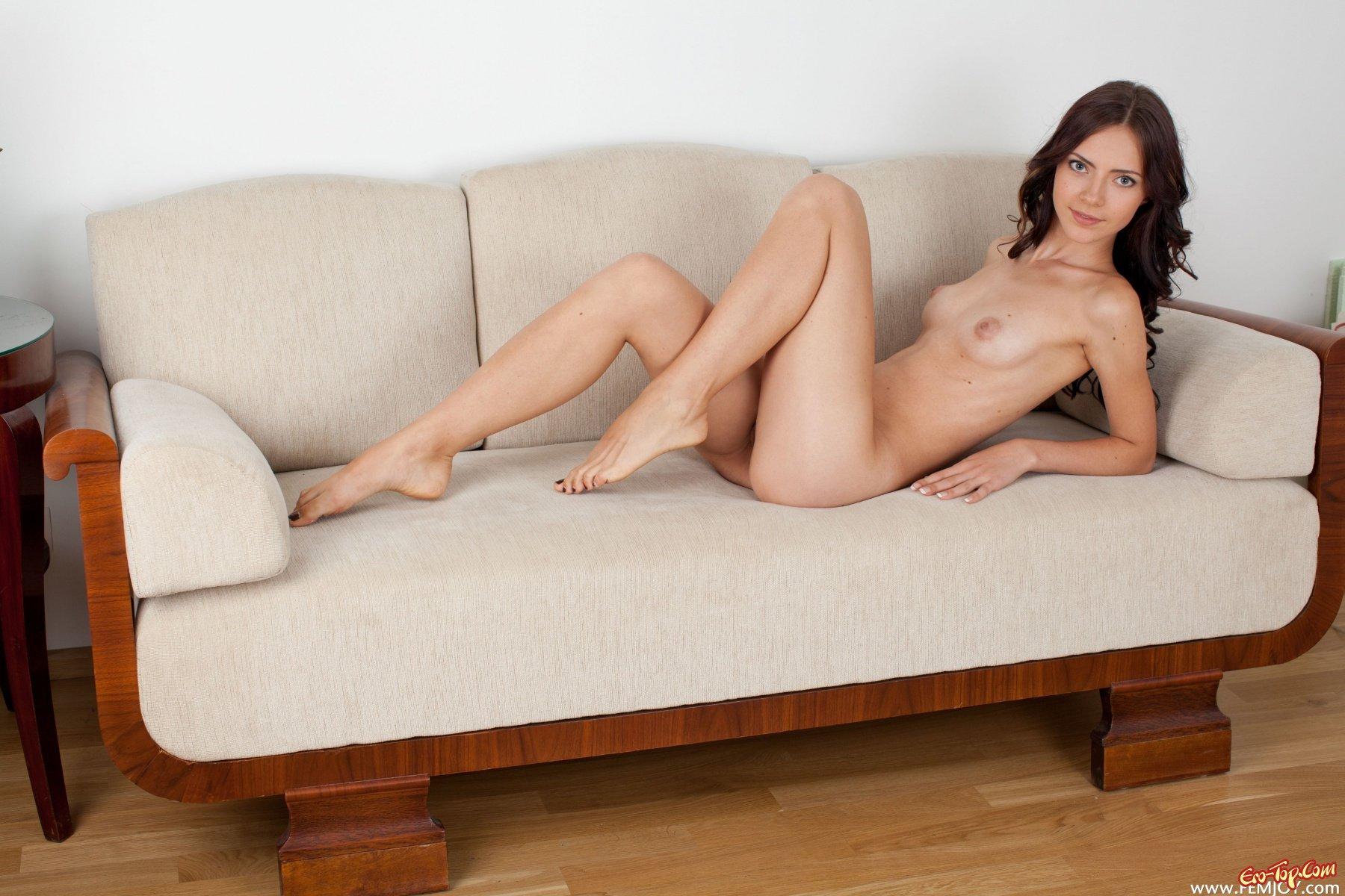 Щуплая голая девушка