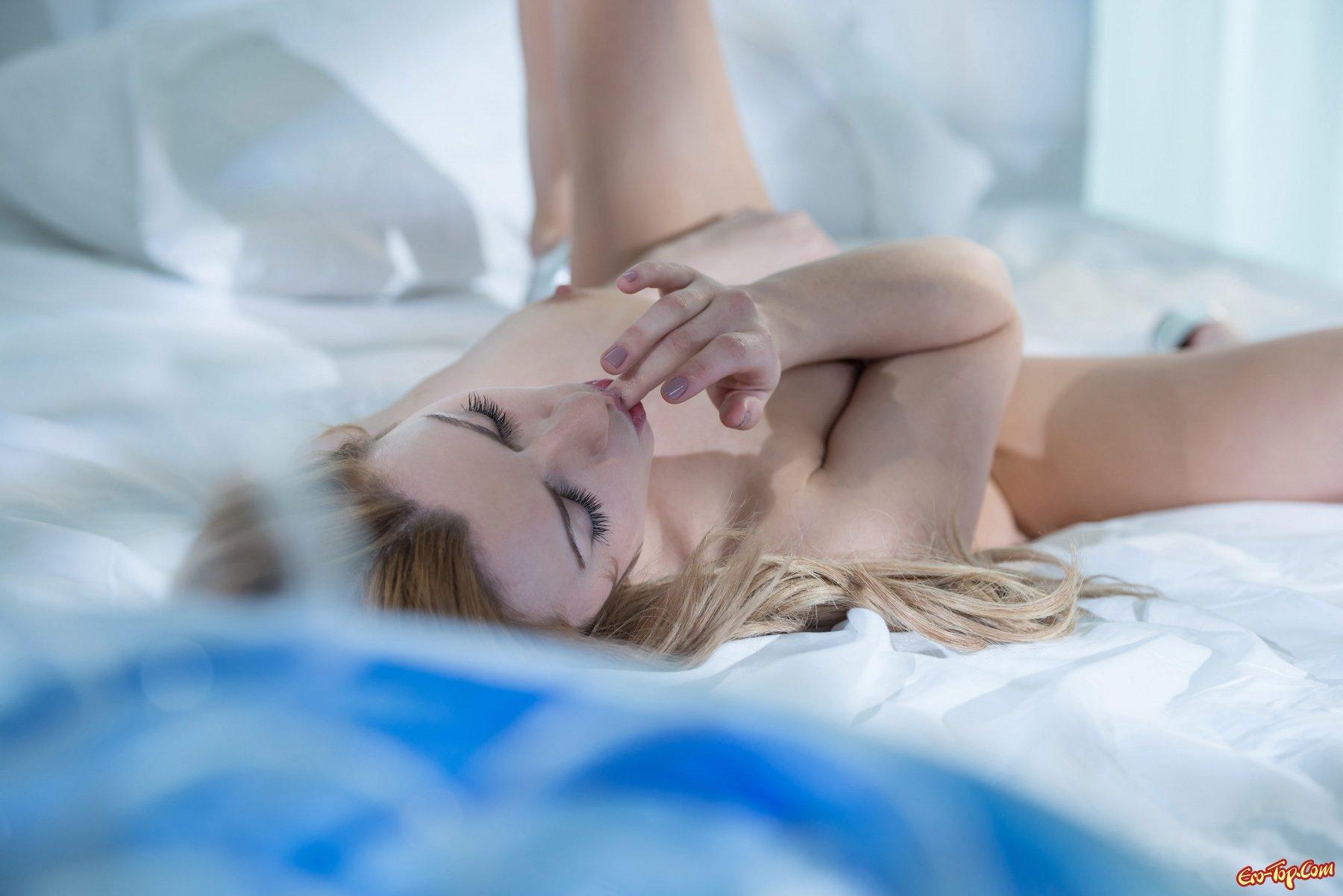 Блондиночка в лежанке