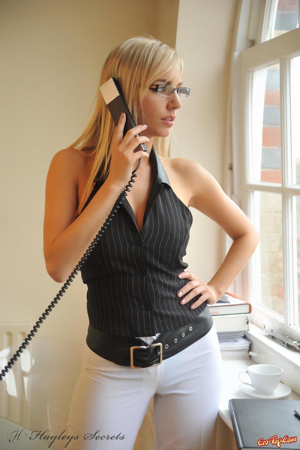 Hayley Marie в офисе