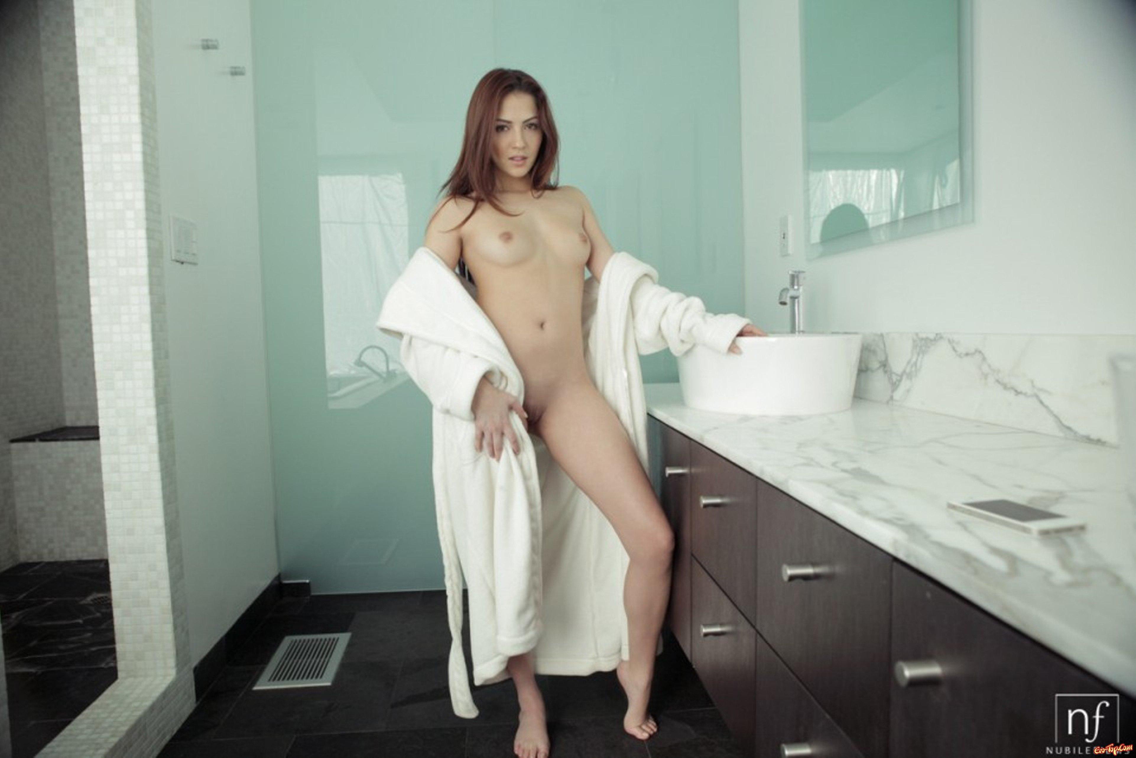 Фото голые девушки в халате 7 фотография