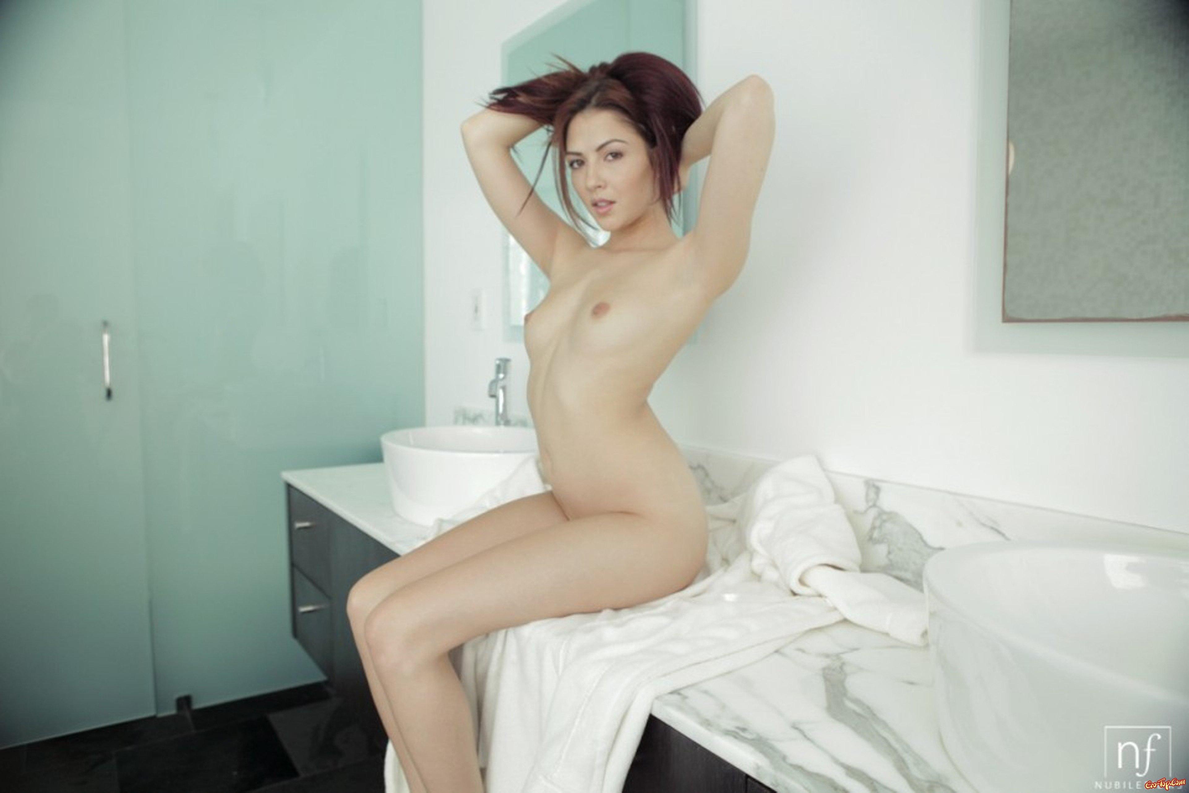 Cassie Laine стащила халат