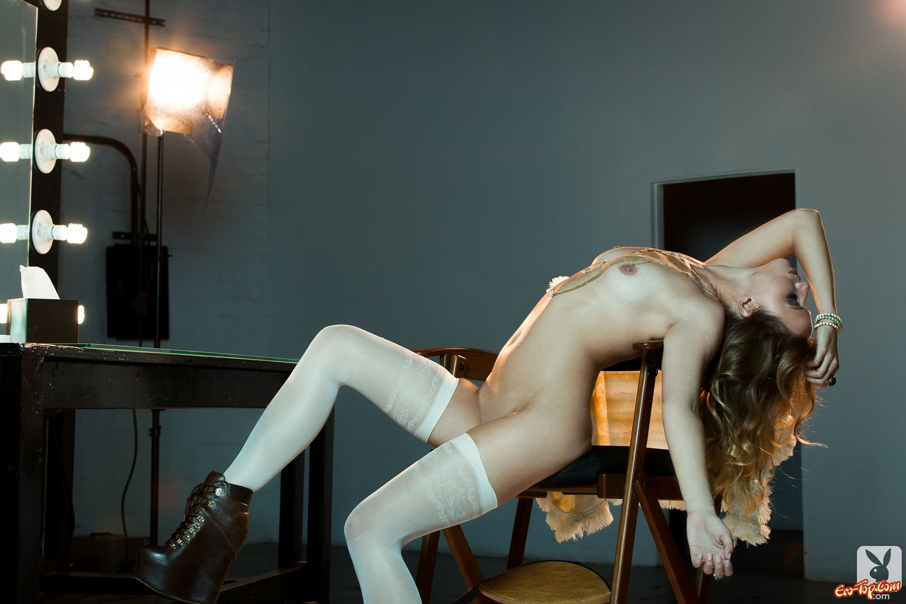 Блондинка в белых чулках