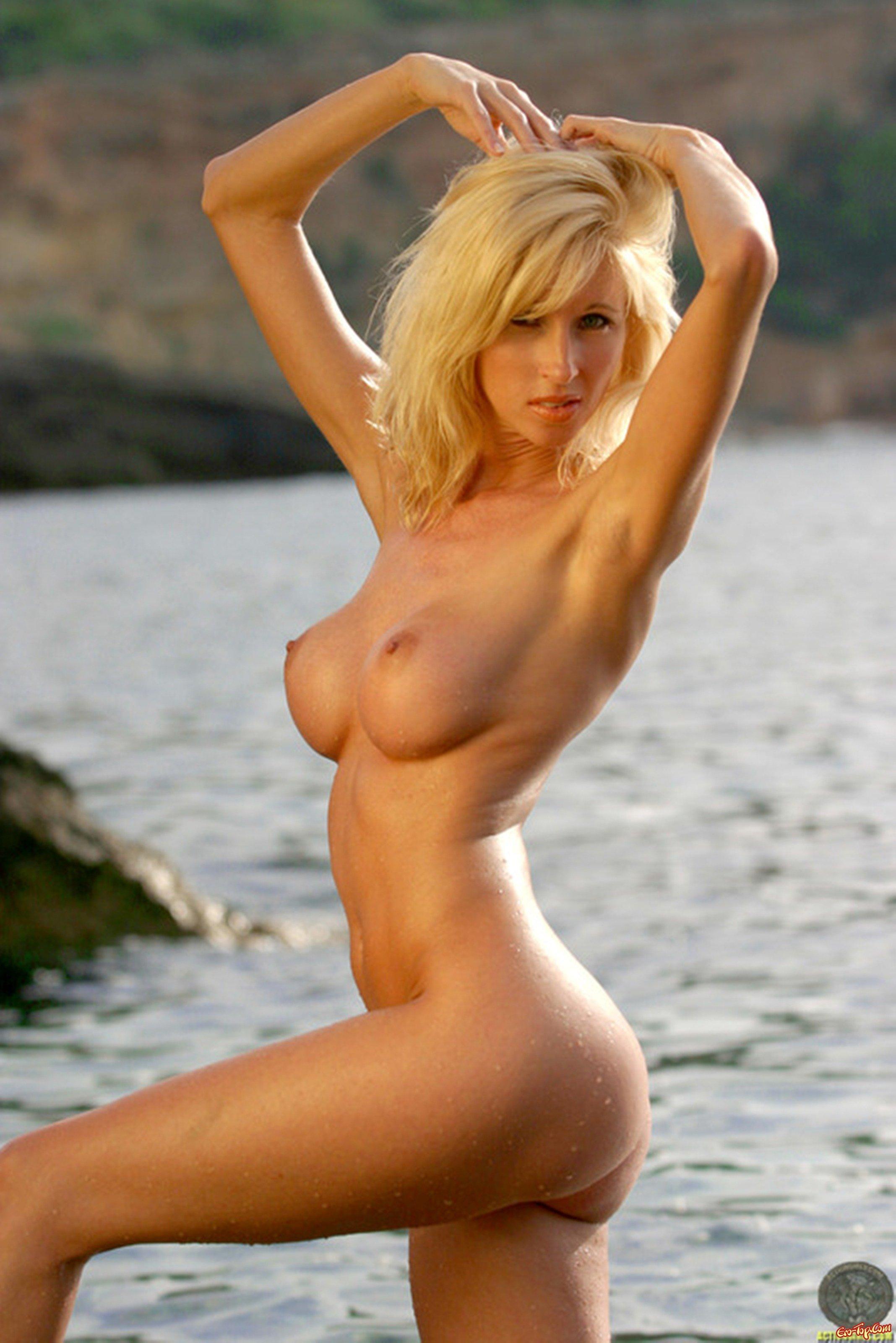 golie-blondinki-golie-zhenshini